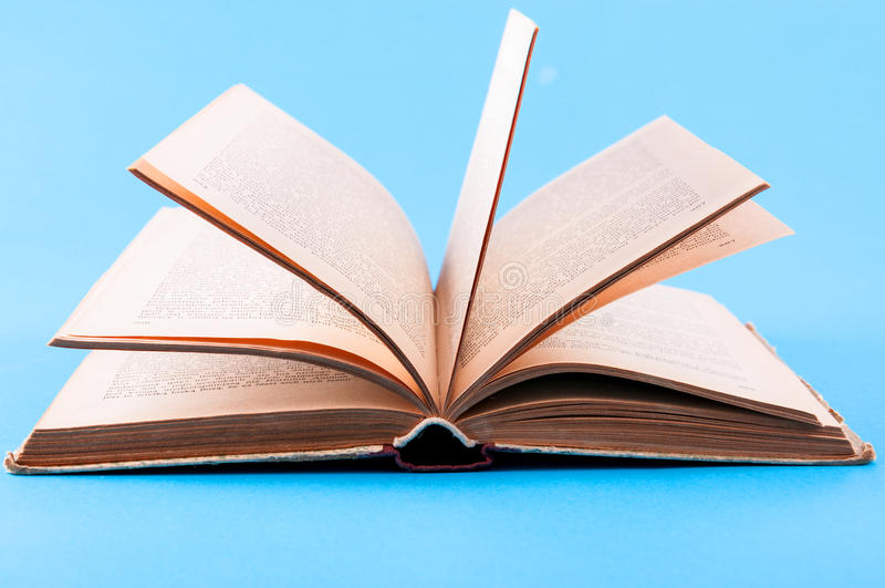 Otwiera książkę zdjęcie royalty free