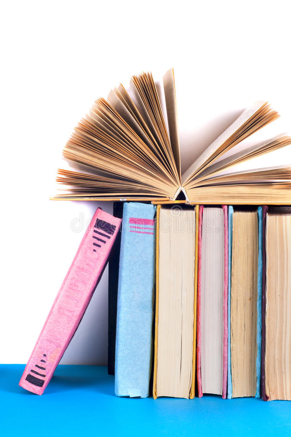 Otwiera książkę, hardback bookson jaskrawy kolorowy tło zdjęcie royalty free