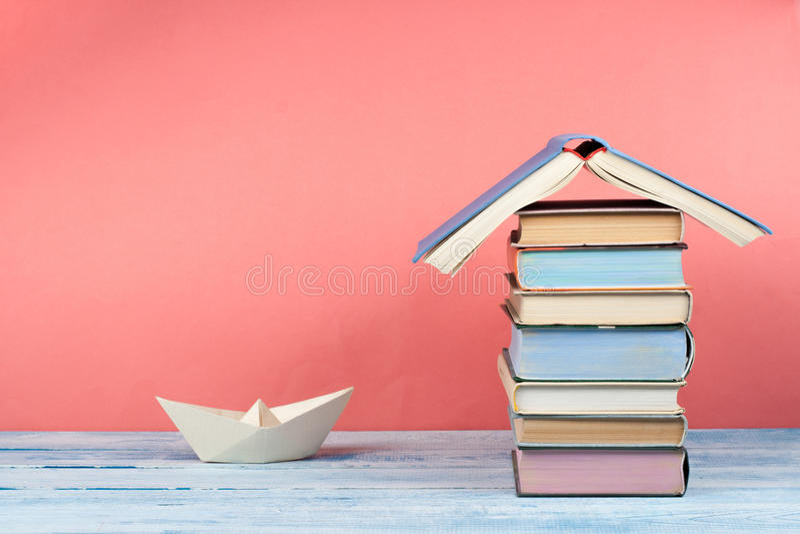 Otwiera książkę, hardback kolorowe książki na drewnianym stole tylna szkoły Odbitkowa przestrzeń dla teksta Edukacja biznesu poję zdjęcie stock