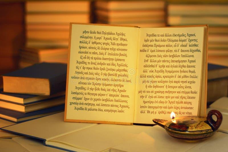 Otwiera książkę iluminującą nafcianą lampą Iliada otwarcia linie fotografia stock