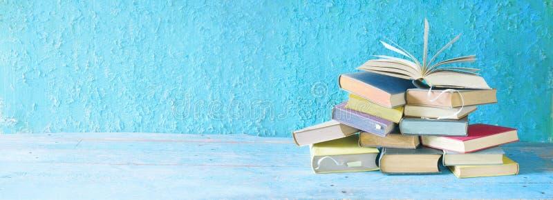 Otwiera książkę na stercie książki zdjęcie royalty free
