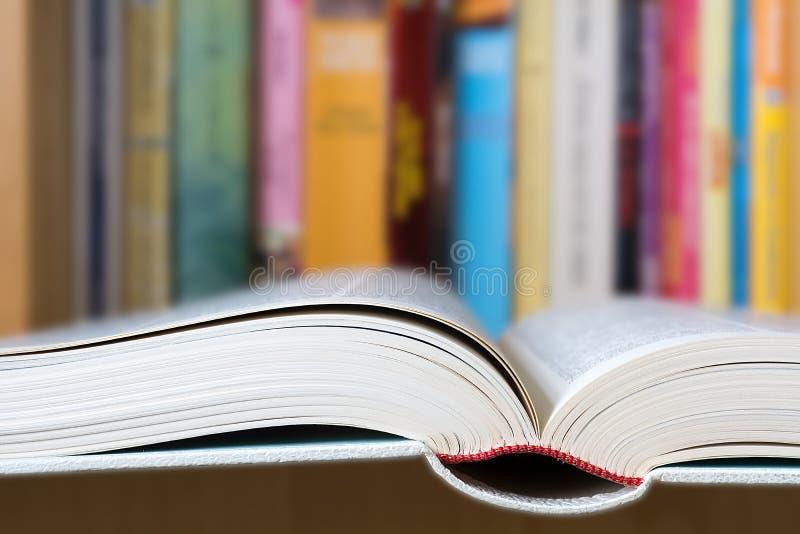 Otwiera książkę z biblioteką w tle obraz stock