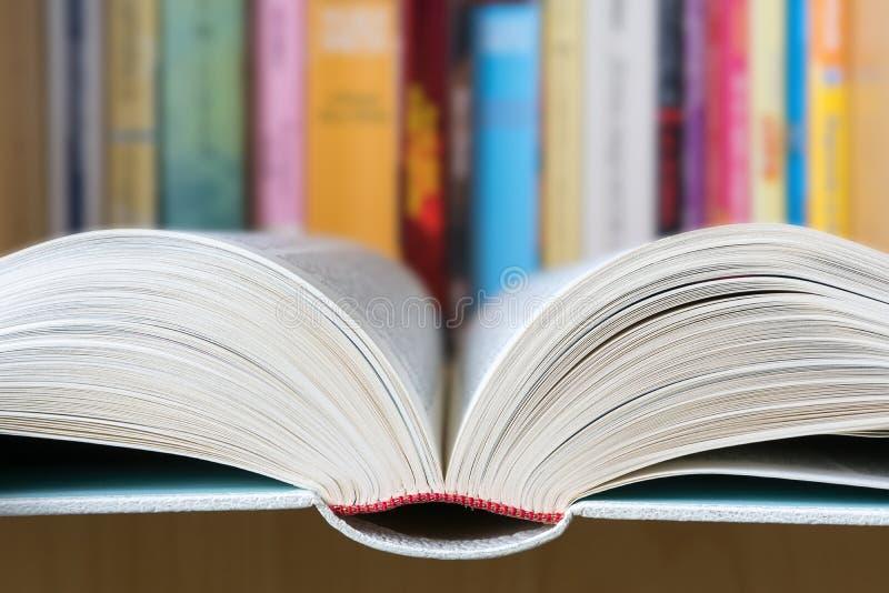 Otwiera książkę z biblioteką w tle obrazy royalty free