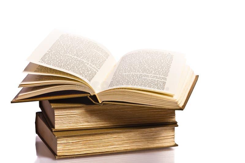 Otwiera książkę z odbiciem zdjęcia royalty free
