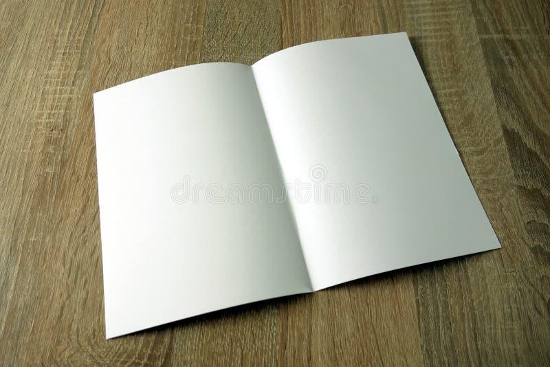 Otwiera ksi??ki lub magazynu mockup zdjęcia stock