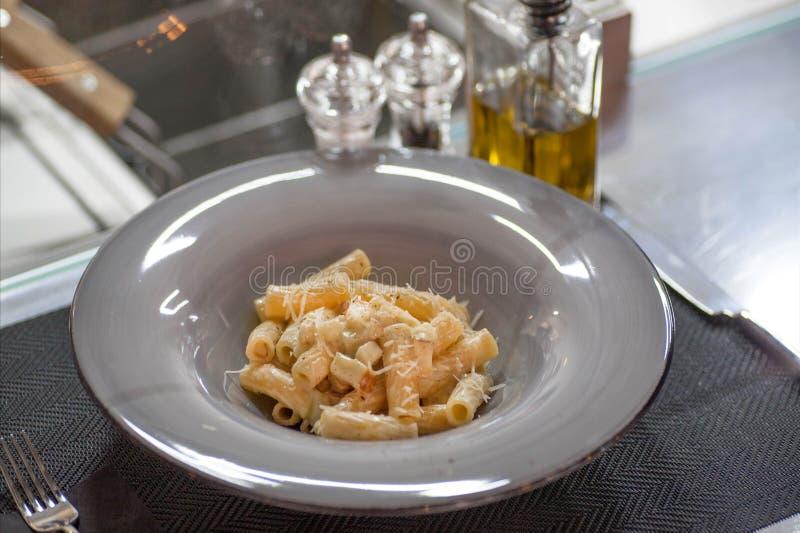 Otwiera kuchnię restauracyjny, tradycyjny włoski makaron z i obrazy royalty free