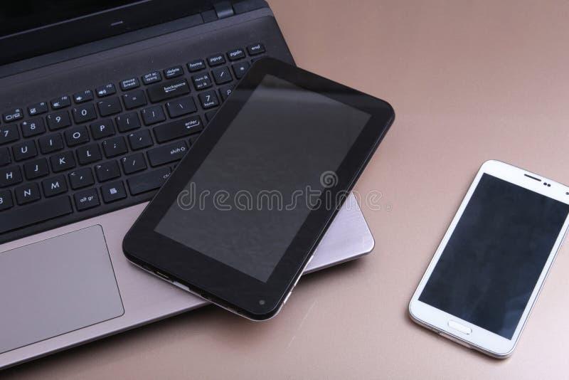 Otwiera laptop z cyfrową pastylką i białym smartphone zdjęcie stock