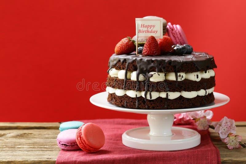 Otwiera nagiego czekoladowego tort z waniliową śmietanką zdjęcie stock