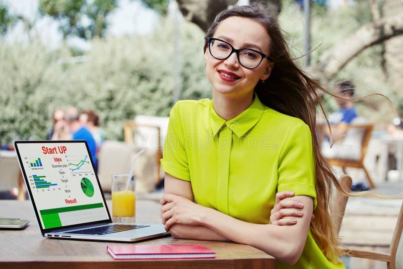 Otwiera notatnika z pieniężną informacją jako grafika i mapy na ekranie zdjęcia royalty free