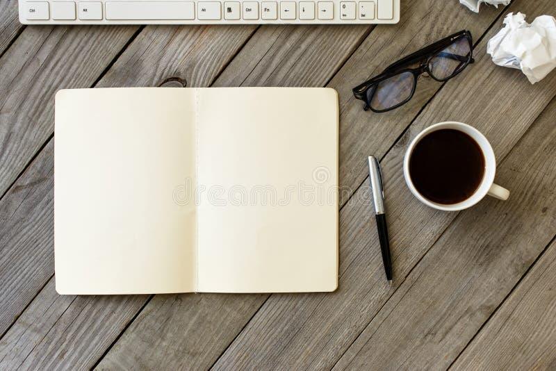 Otwiera notatnika z pustymi stronami obraz royalty free