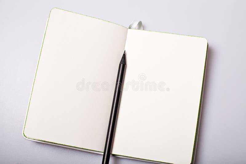 Otwiera papierowego notepad mockup zdjęcia royalty free