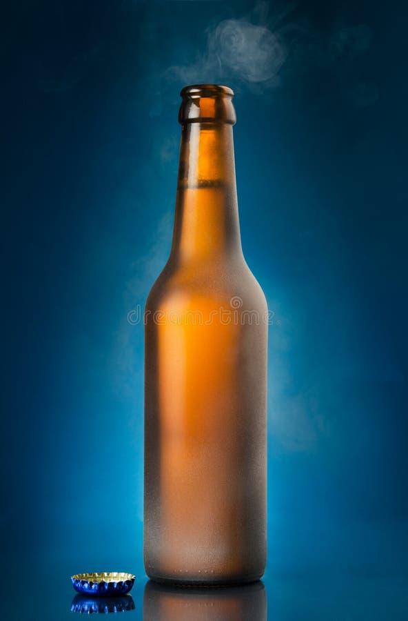 Otwiera piwną butelkę zdjęcie royalty free