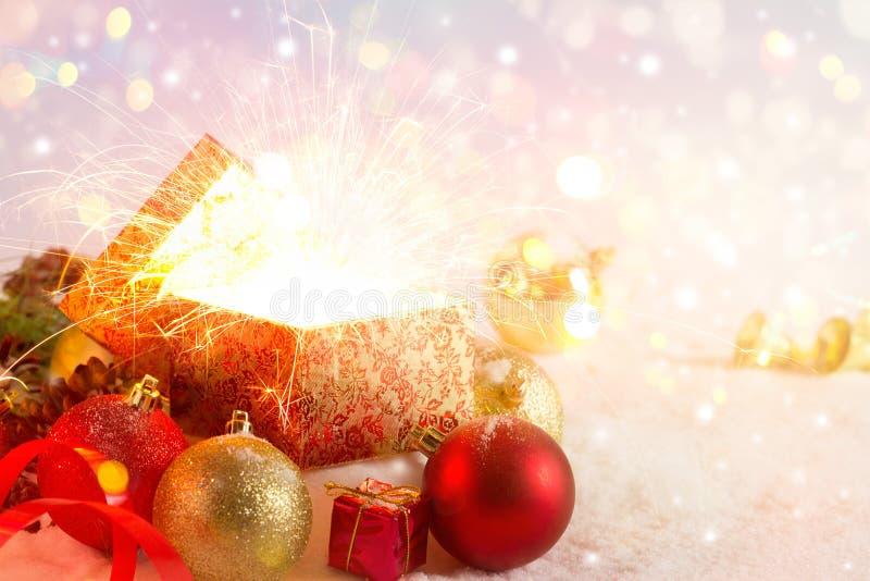 Otwiera prezenta pudełko i zaświeca fajerwerków boże narodzenia, Wesoło boże narodzenia i Szczęśliwego nowego roku, zdjęcia royalty free