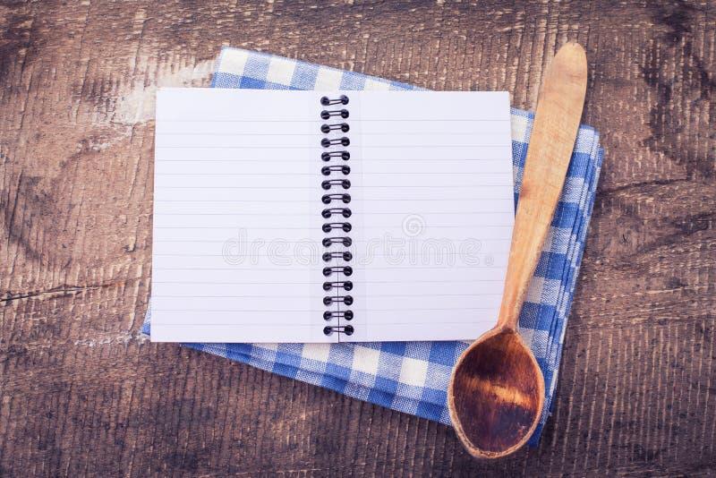 Otwiera pustego notatnika na drewnianym tle zdjęcie stock