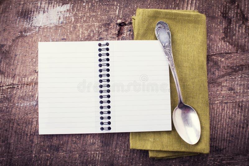 Otwiera pustego notatnika na drewnianym tle obrazy royalty free