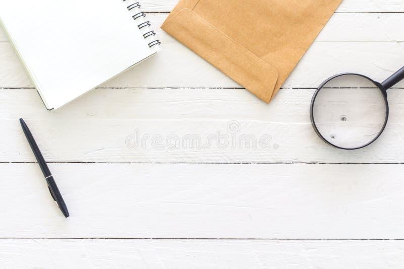Otwiera pustego notepad z pustymi białymi stronami na drewnianym stole obrazy royalty free