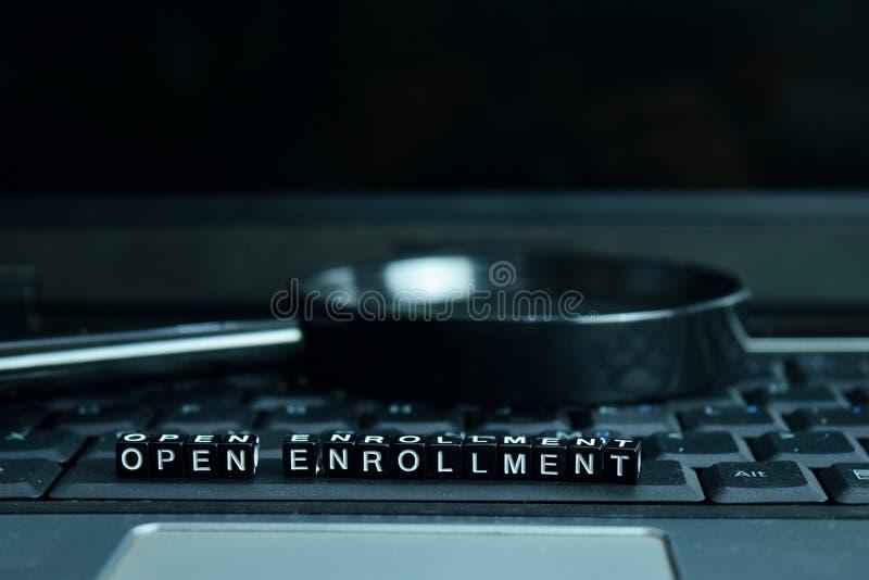 Otwiera rekrutacja teksta drewnianych bloki w laptopu tle Biznesu i technologii pojęcie fotografia stock