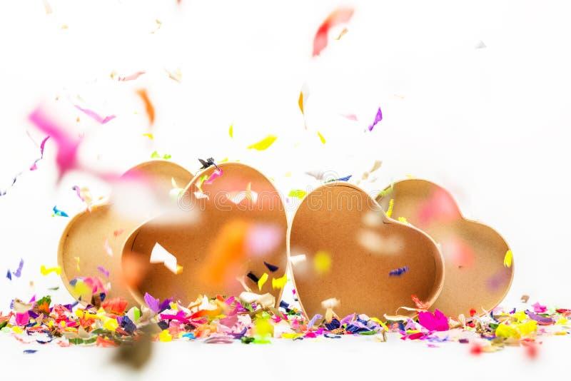 Otwiera serca kształtujących prezentów pudełka z barwionymi confetti zdjęcie stock