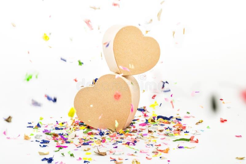 Otwiera serca kształtujących prezentów pudełka z barwionymi confetti zdjęcie royalty free