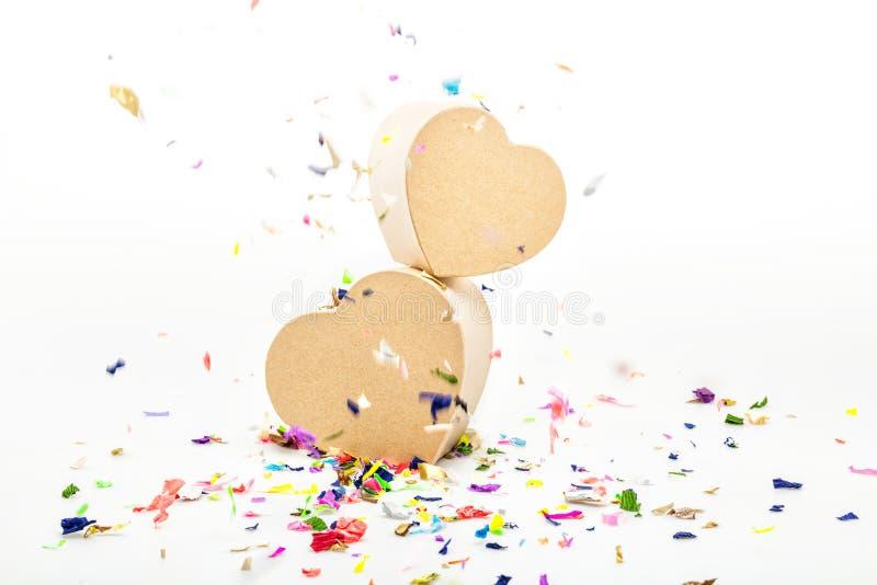 Otwiera serca kształtujących prezentów pudełka z barwionymi confetti fotografia stock