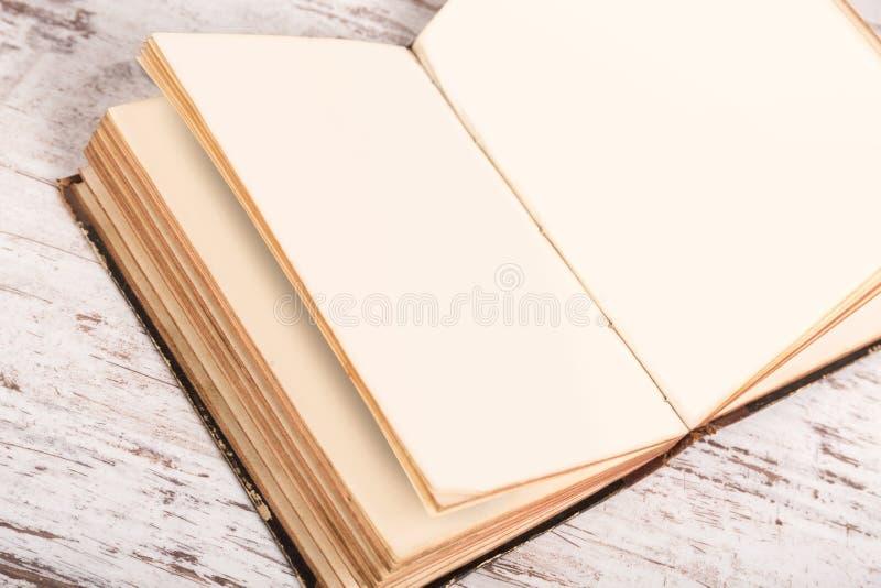 Otwiera starą książkę obraz royalty free