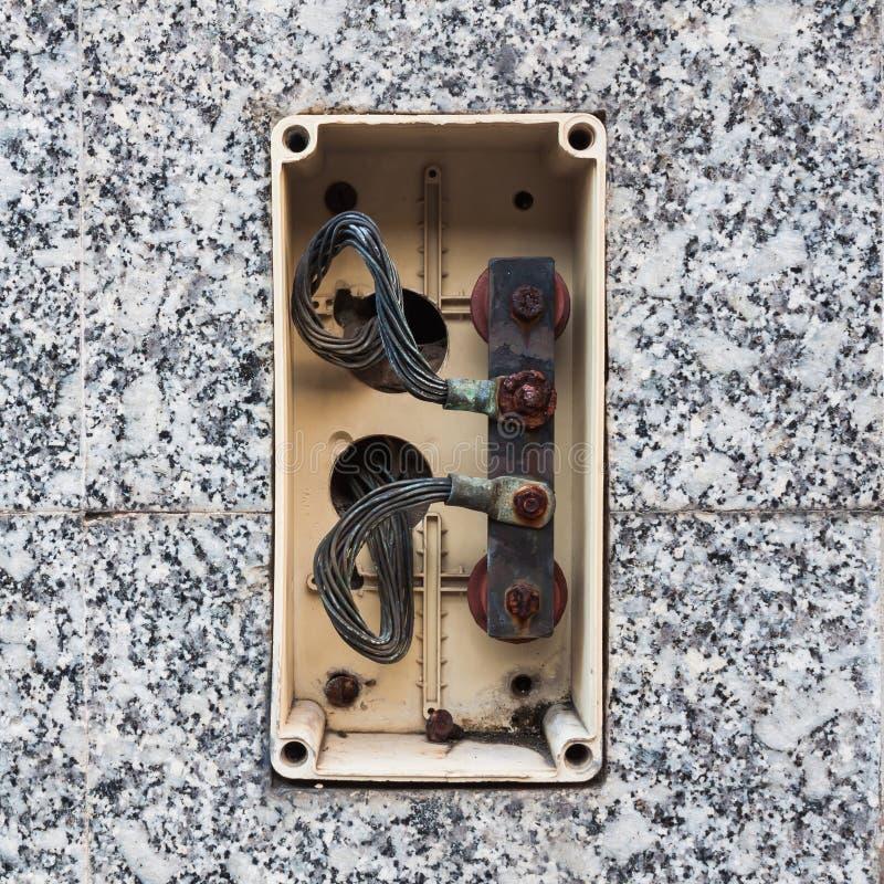 Otwiera starego elektrycznego klingerytu złącza złącza pudełko fotografia stock