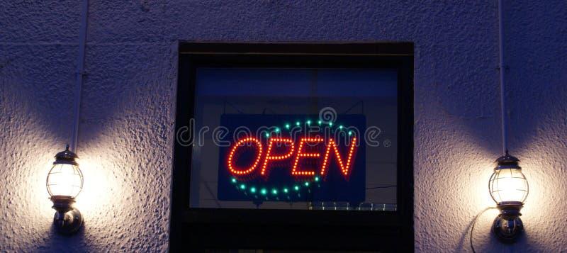 Otwiera szyldowe i elektryczne lampy przy nocą fotografia royalty free