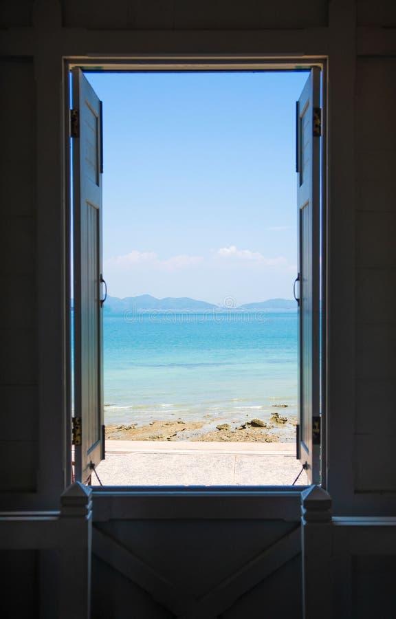 Otwiera windowÂ, błękitny morze, niebieskie niebo, widoku background Lata, podr??y, wakacje i wakacje poj?cie, fotografia stock