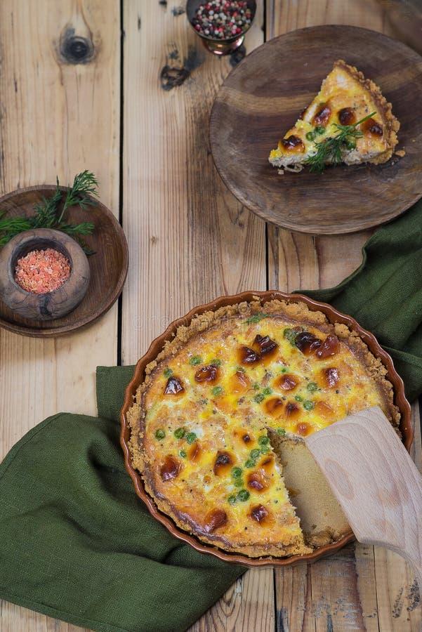 Otwiera wokoło torta z serowymi i zielonymi grochami na drewnianym tle obraz stock