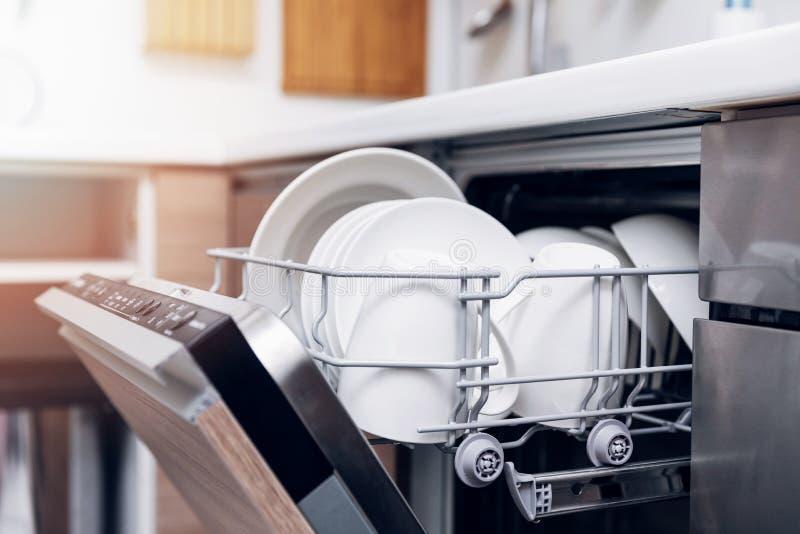 Otwiera zmywarka do naczyń z czystą naczynie kuchnią w domu zdjęcie royalty free