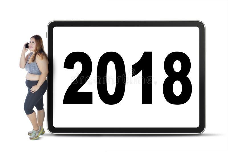 Otyła kobieta jest oparta z liczbą 2018 zdjęcia stock