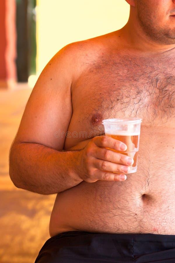 Otyły mężczyzna z piwem obraz royalty free