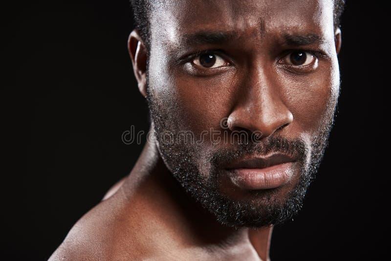 Ouça homem afro-americano novo quebrado olhá-lo foto de stock