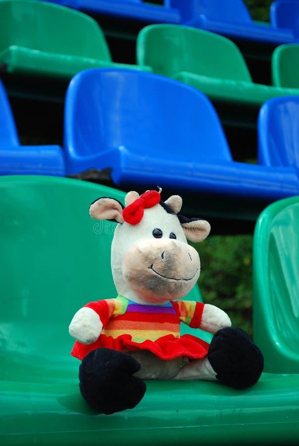 Oublié par quelqu'un dans les tribunes du stade, sale jouet 'vache' La solitude image libre de droits