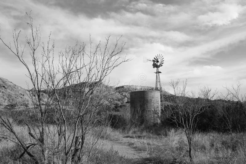 Oud abandonded landbouwbedrijflandschap stock foto
