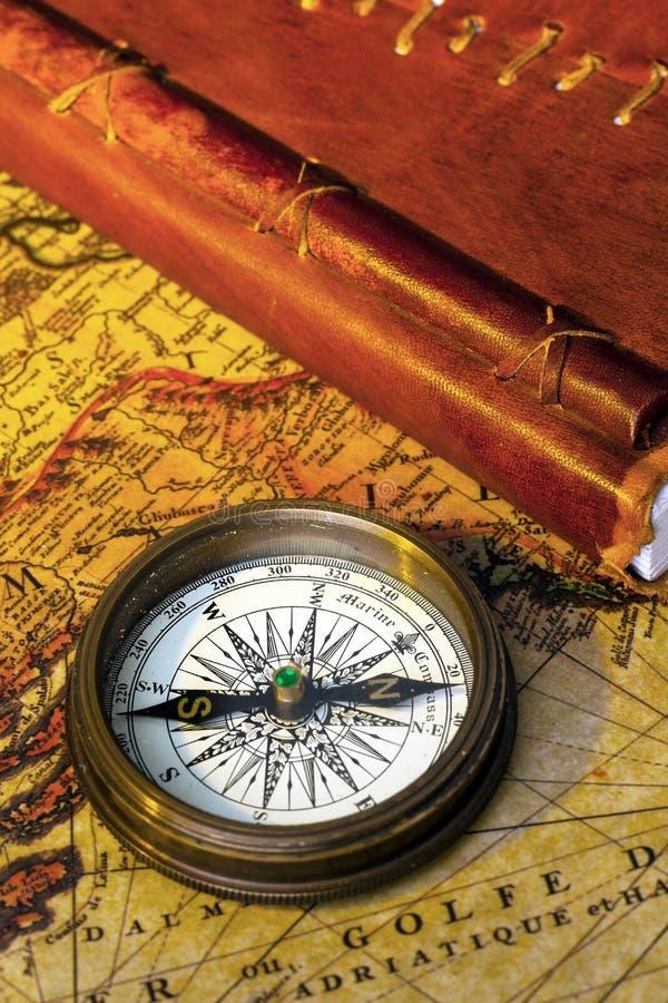 Oud agenda en kompas stock afbeeldingen