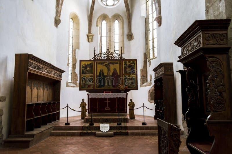 Oud altaar binnen de Versterkte Kerk Prejmer in Prejmer-stad in Roemenië royalty-vrije stock foto