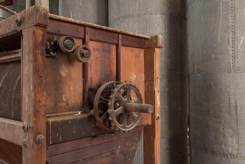 Oud antiek molenmateriaal met toestellen en wielen stock foto's