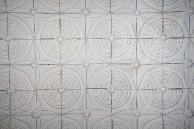 Oud antiek pleisterplafond met bloemenelementen royalty-vrije stock afbeeldingen