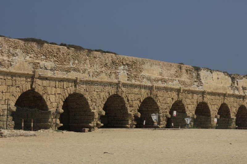 Oud Aquaduct in Caesarea Maritima stock foto