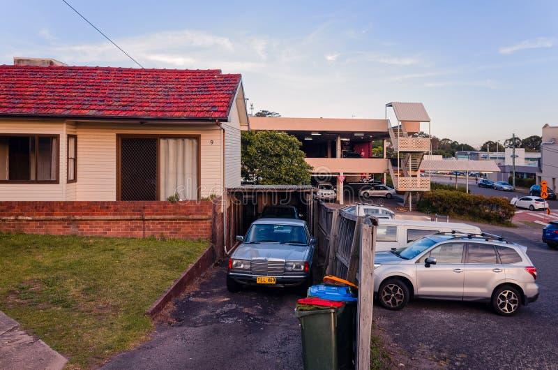 Oud Australisch Huis In de voorsteden naast parkeerterrein royalty-vrije stock fotografie