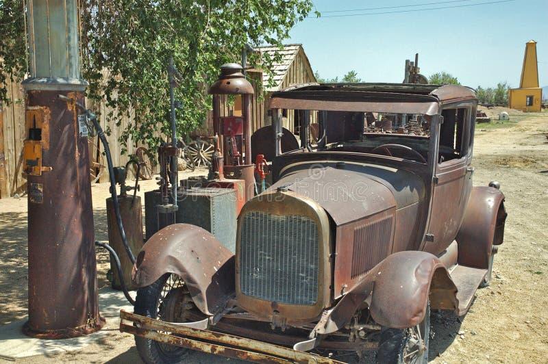 Oud auto en benzinestation royalty-vrije stock afbeelding