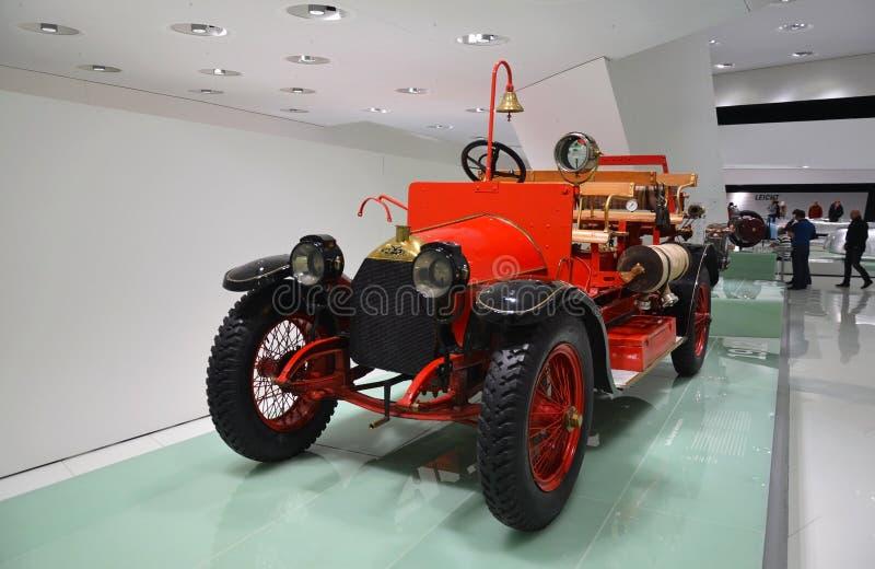 Oud auto'stentoongesteld voorwerp in het Mercedes-Benz-museum in Stuttgart royalty-vrije stock foto