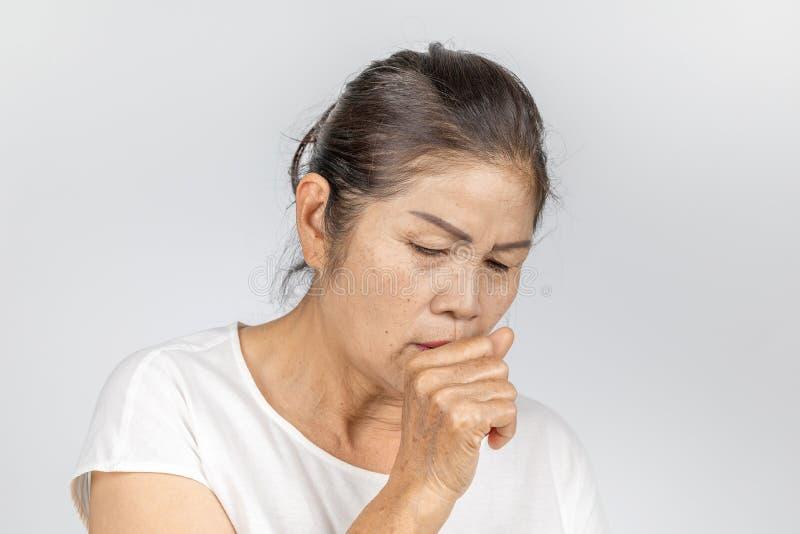Oud Aziatisch vrouw het hoesten bronchitis of astma royalty-vrije stock foto