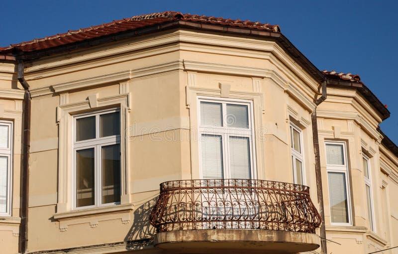 Oud balkon in Bitola, Macedonië stock foto