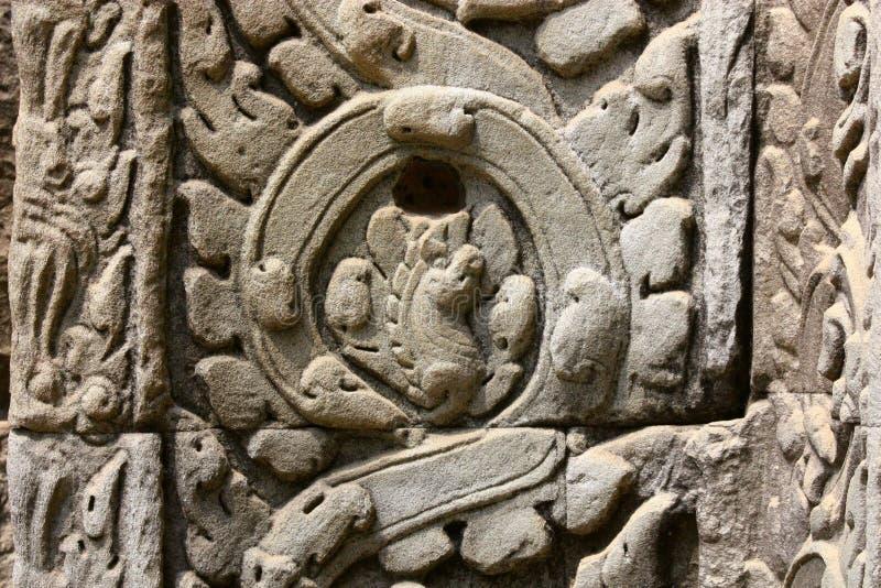 Oud Bas Relief met Wijnstokpatroon en Geheimzinnige Symbolen royalty-vrije stock fotografie