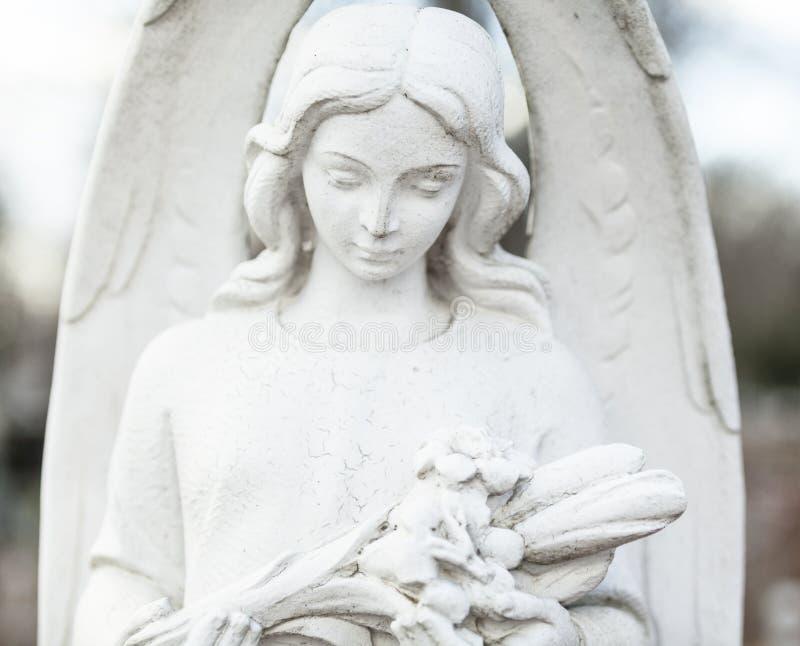 Oud begraafplaatsbeeldhouwwerk van het jonge meisje royalty-vrije stock afbeeldingen