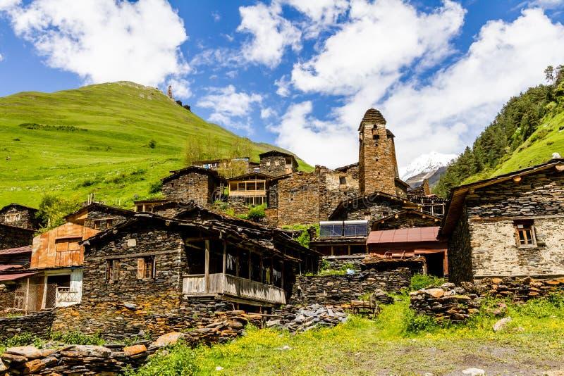 Oud bergdorp Dartlo, Tusheti-gebied, Georgië Huizen die van schaliestenen worden gebouwd, oud metselwerk De bergen van de Kaukasu stock fotografie