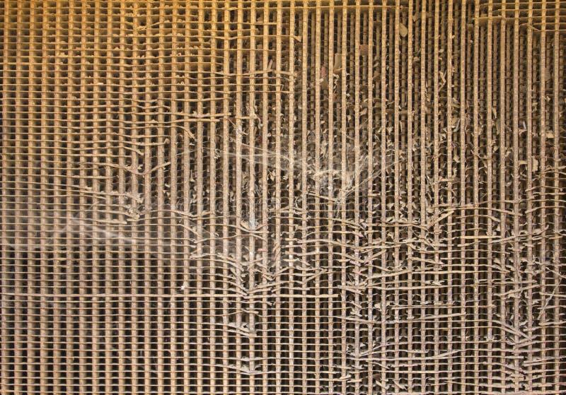 Oud beschadigd roestig bruin radiatortraliewerk met spinnewebben Ruwe Oppervlaktetextuur royalty-vrije stock afbeelding