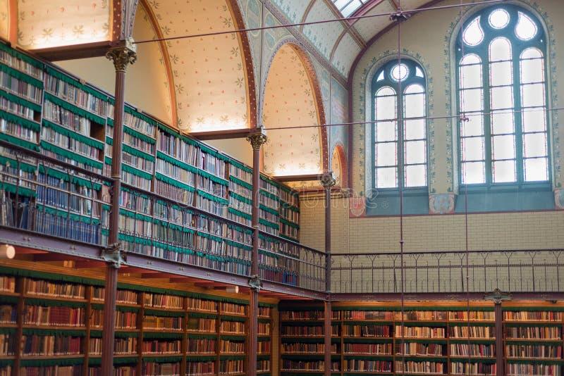 Oud oud bibliotheekbinnenland, plafondboeken, vensters, boekenrek stock afbeelding